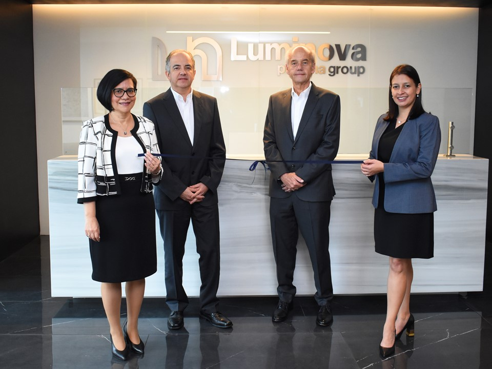 De izquierda a derecha: Roxana Gallardo, Director Corporativo de Desarrollo Organizacional; Herberth Stackmann, Director General; Mike Erichsen, CEO y Susana Guevara, Directora de Mercadeo Luminova Pharma Group